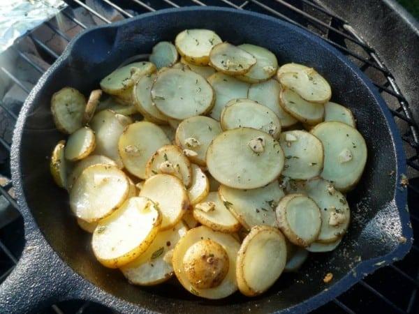 Aardappelschijfjes met rozemarijn