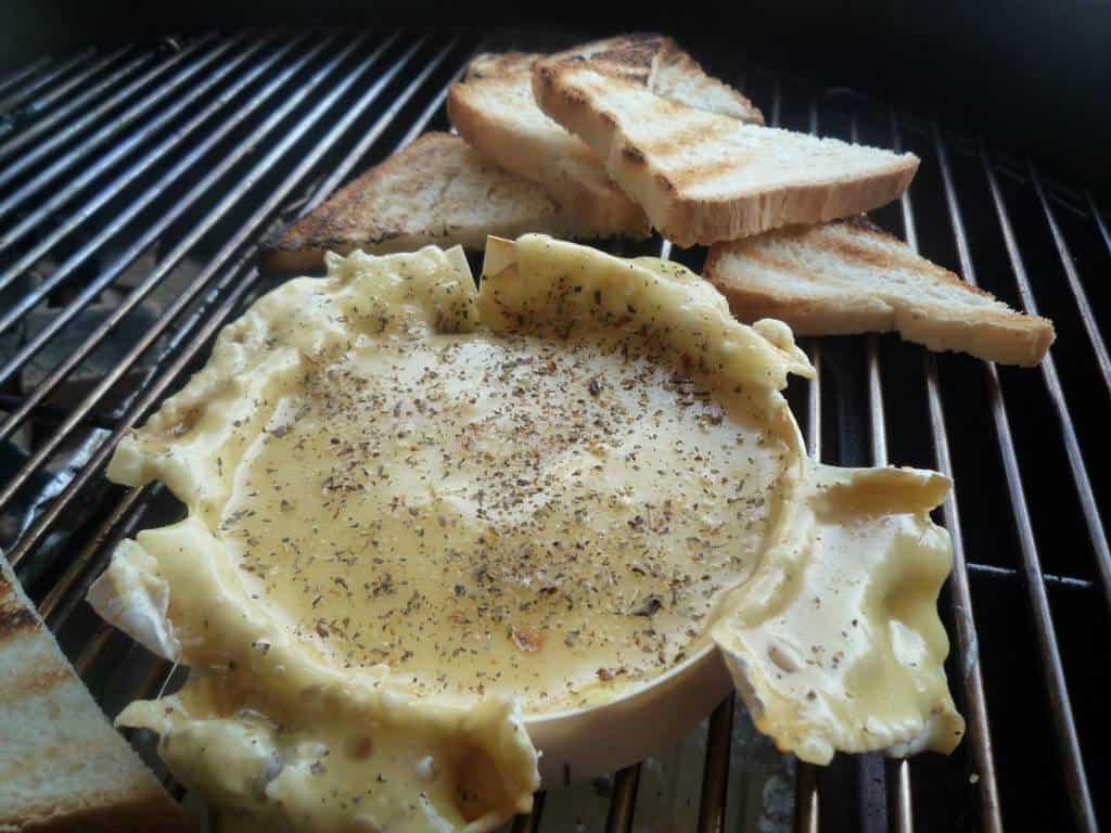Camembert met brood op de BBQ