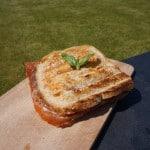 Toast van tomaat-mozarella met gerookte ham